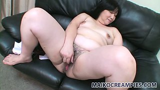 Bubbly mature woman Yoko Momose loves to stimulate her clit with her love egg