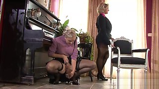 Two horny babes enjoy some pissing action