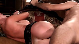 Glamour squirting milf deepthroating cock