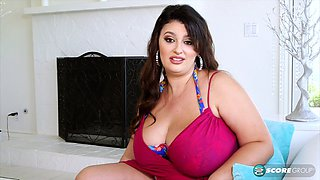 Chubby chick plays with her jugs in the pool