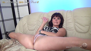 flexible Elza shows her body